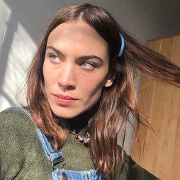 Alexa Chung, siempre divina, luce un 'no makeup' desde su casa