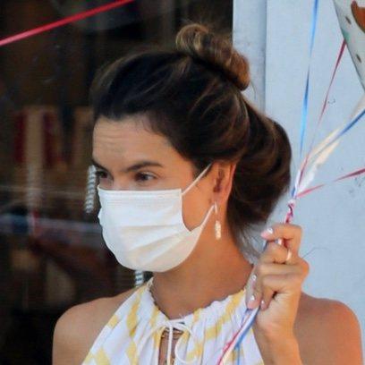 Alessandra Ambrosio apuesta por el recogido para lucir mascarilla